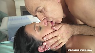 Hot doctor fucks the brush much older patient at work and she's so unhealthy